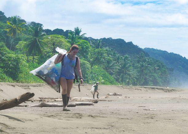 Muoviroskan siivoaminen käy työstä, mutta se on todella palkitsevaa. Rikkinäisiä sandaaleja, styroksin paloja ja muita muoviroskia on silmänkantamattomiin. Työtä riittäisi joka päivälle.