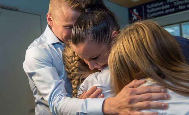 Olympiasankari Mira Potkonen sai perheeltään lämpimän vastaanoton.