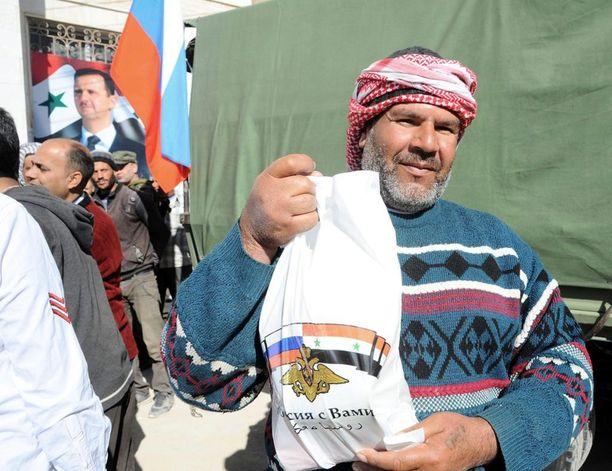 Syyrian liittolaisensa Venäjän kanssa jakaa ruoka-apua hallituksen alueille, mutta estää sen perillepääsyn muualla. Kuva Damaskoksen maaseudulta.