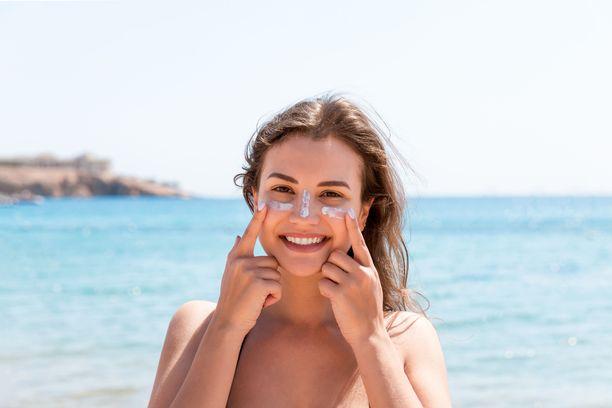 Erityisen voimakasta aurinko on rannalla, hangella tai veden läheisyydessä, sillä hiekka, lumi ja vesi heijastavat säteitä.