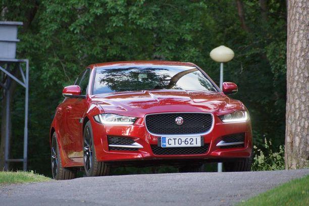 Jaguar XE tulee kovaa työsuhdeautomarkkinoille. Ulkonäön ja tekniikkansa puolesta se tarjoaa tiukan vastuksen mille tahansa samankokoiselle tai -hintaiselle autolle.