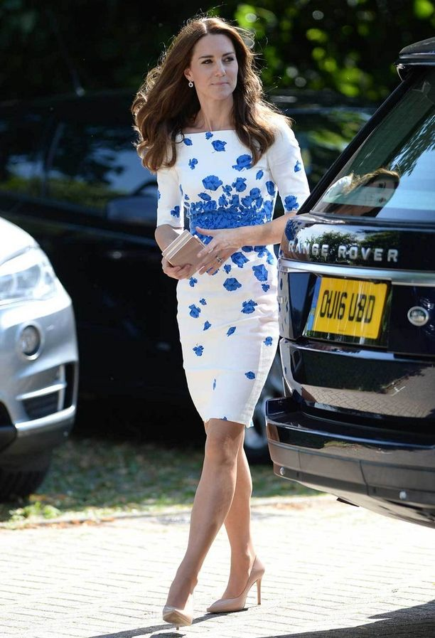 Kaunis mekko pukee siroa herttuatarta.