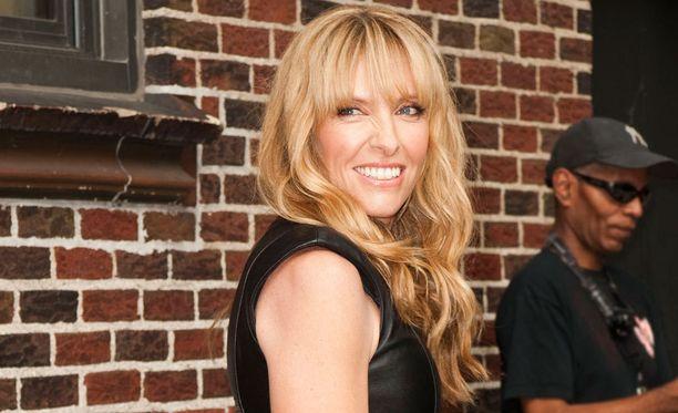 Näyttelijä ja muusikko Toni Colletten, 42, otsatukkatyylissä on ihana hippivivahde.