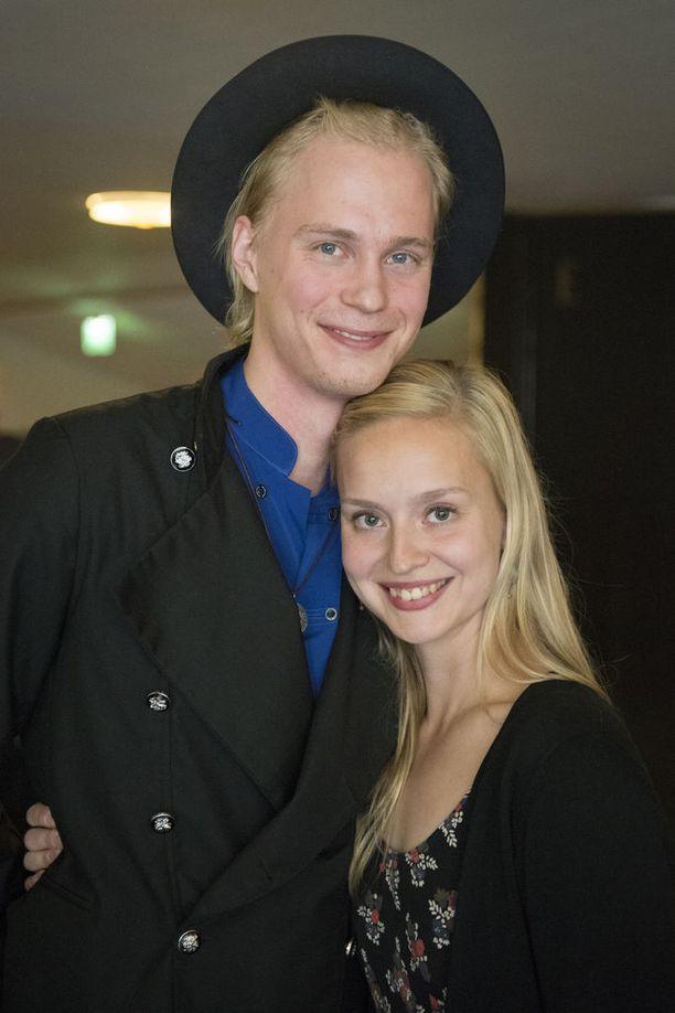 Nuoret Tatu Sinisalo ja Talvikki Eerola tunsivat toisensa etukäteen Helsingin Kellariteatterista. He kehuvat, että kemiat kohtaavat erinomaisen hyvin.