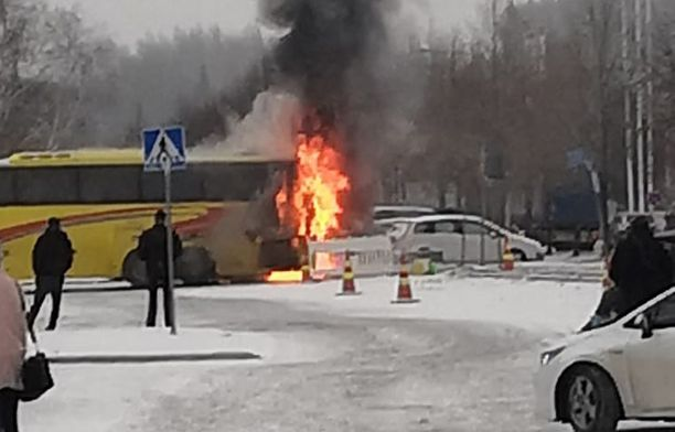 Ympäristöön leviää ajoneuvon palosta runsaasti savua.