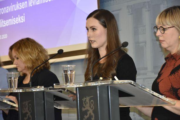 Koronataisto on ollut pitkä. Pääministeri Sanna Marin kertoi ensimmäisistä kokoontumisrajoituksista 12. maaliskuuta 2020, jolloin suomalaiset ryntäsivät kauppoihin ostamaan vessapaperi- ja maitohyllyt tyhjiksi.
