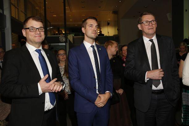Keskusta jännittää: pääministeri Juha Sipilä, puoluesihteeri Jouni Ovaska ja presidenttiehdokas Matti Vanhanen.
