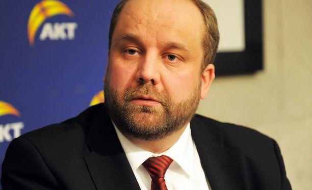 AKT:n puheenjohtaja Marko Piiraisen mukaan hallitusohjelma polkee työntekijöiden perusoikeuksia.