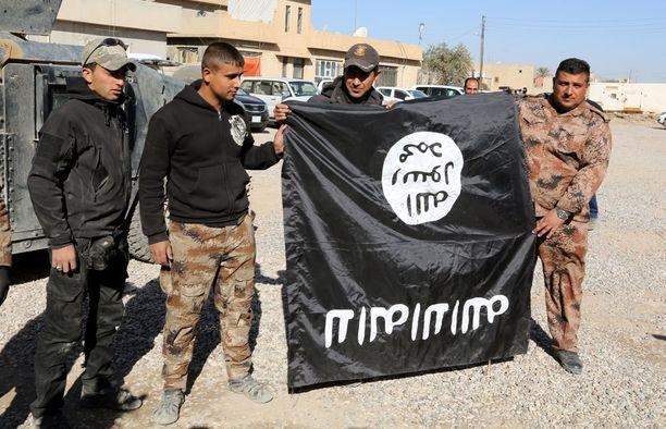 Irakilaissotilaat olivat laskeneet Isisin lipun alas valtaamassaan kylässä lähellä Mosulia.
