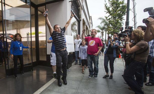 Jonossa ensimmäisenä ollut asiakas teki voitonhypyn ennen kuin meni sisälle juuri avattuun Applen liikkeeseen Los Angelesissa.