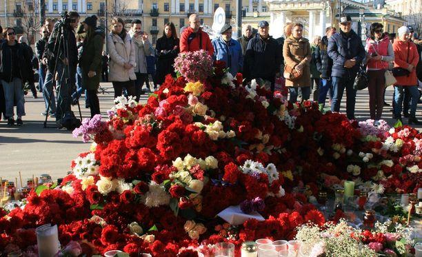 Maanantaina iltapäivällä Pietarin metrossa asemien Teknologicheskii Institut ja Sennaja Ploshad välillä tapahtui terrori-isku.