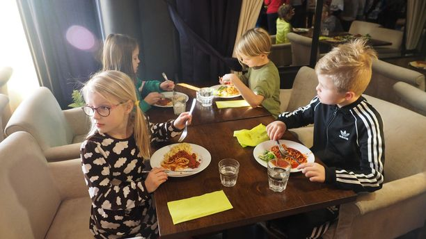 Törnävän alakoululaisilla oli maanantaina tavallista juhlavampi ruokahetki.