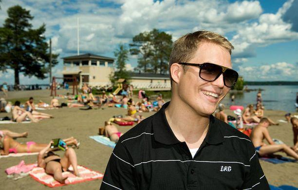 2009 - Nousukiidossa oleva artisti poseerasi Tampereen Rauhannimen uimarannalla.