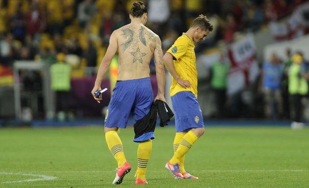 Zlatan Ibrahimovicin selkä peittyy tatuointeihin. Tämän vuonna 2012 otetun kuvan jälkeen leimoja on tullut yhä lisää.