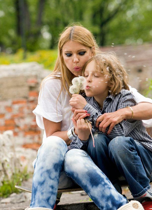 Anu Saagim poseerasi Iltalehdelle Robin-poikansa kanssa vuonna 2009.
