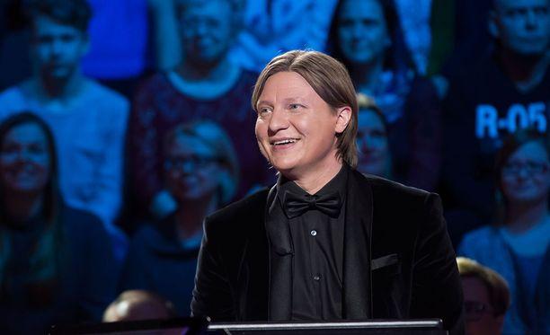 Jaajo Linnonmaa lohkaisee ronskin vitsin kesken kilpailun.
