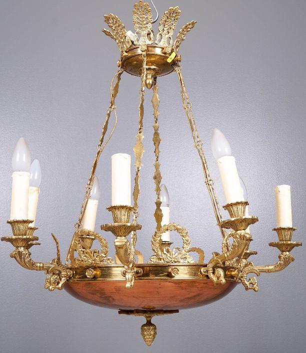 Empiretyylisessä kattovalaisimessa on kahdeksan valopistettä ja upeita yksityiskohtia.