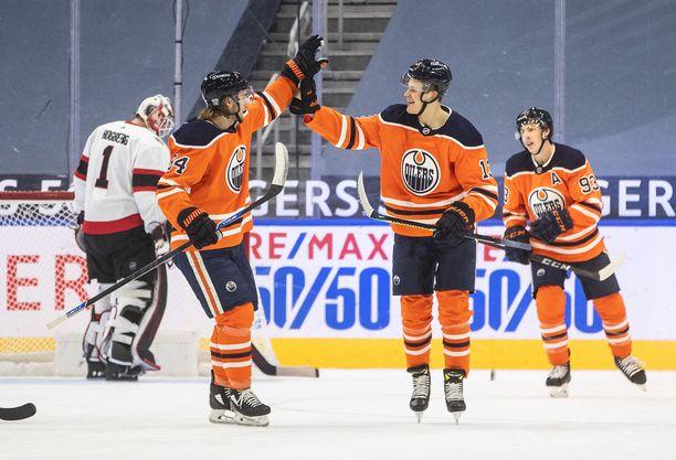 Jesse Puljujärvi juhlii maalia Ottawaa vastaan.