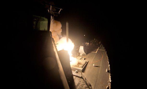 Yhdysvallat ampui aamuyöllä kymmeniä ohjuksia Syyrian hallituksen lentokentälle.
