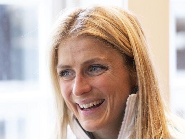 Therese Johaug näytti kilpasiskoille kaapin paikan Lysebotn Opp -ylämäkihiihtokilpailussa.