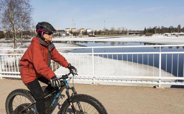 Raija Siekkinen oli läskipyörällä kolmenkymmenen kilometrin lenkillä upeassa kevätsäässä.