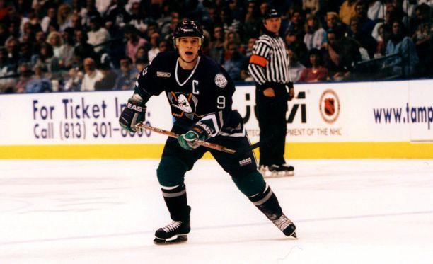 Paul Kariya oli Anaheimin kapteeni 1990-luvulla.