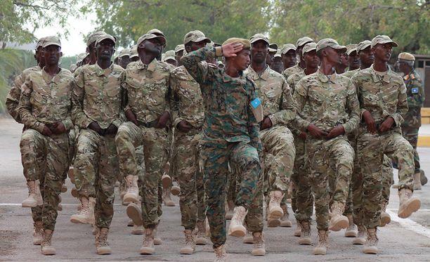 Somalian turvallisuusjoukot paraatissa Mogadishussa 12. huhtikuuta.