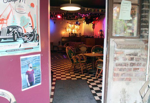 Sekä Hagabion baari (kuvassa) että yläkerta on sisustettu uniikein eriparihuonekaluin, hauskoin yksityiskohdin ja värivaloin.