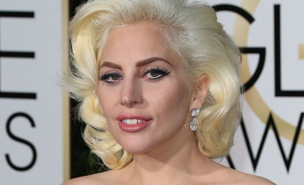 Lady Gaga kisaa parhaan laulun Oscar-pystistä.