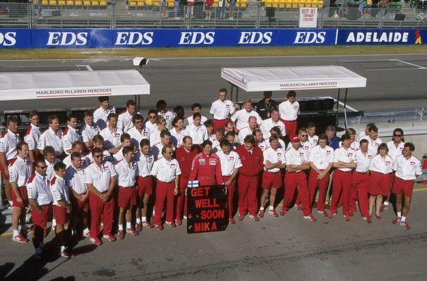 Työtoverit McLarenilla lähettivät Häkkiselle toipumisterveiset vuonna 1995.