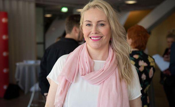 Anne Kukkohovi on syksyllä nähtävän Koko Suomi Leipoo -sarjan juontaja.