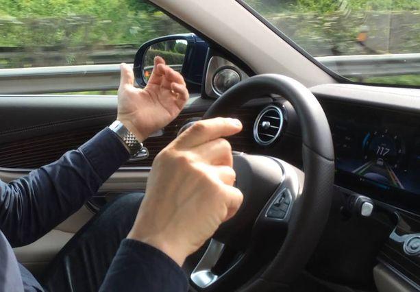 Auto osaa vaihtaa kaistaa ilman kuljettajan ohjausta, kun vilkku pannaan päälle (E-Mercedes).