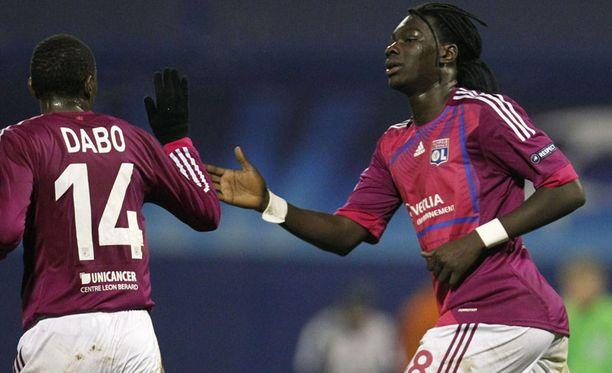 Lyonin Bafetimbi Gomis (oik.) juhlii maalia Mouhamadou Dabon kanssa.