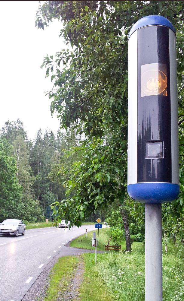 Uudennäköisiä valvontapönttöjä alkaa ilmestyä tien laitoihin. Ei ehkä samoja kuin Ruotsissa (kuvassa), mutta sinistä väriä niihin on luvattu.