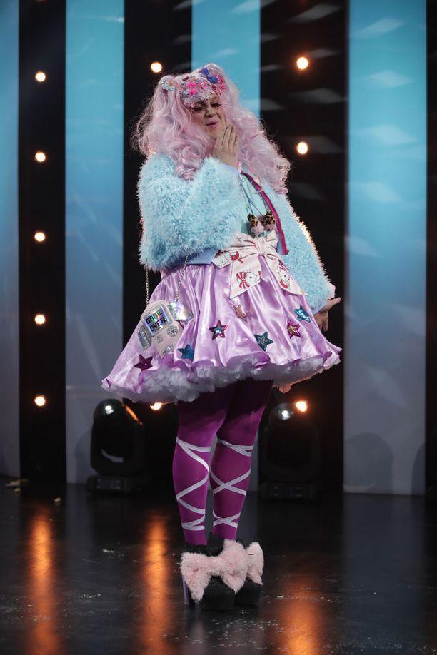Penttilän sketsihahmo on pukeutunut tyttömäisiin röyhelöihin animehenkisesti.