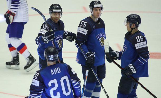 Sebastian Aho ja Teuvo Teräväinen (oik.) loistivat Leijonien ensimmäisessä pelissä.