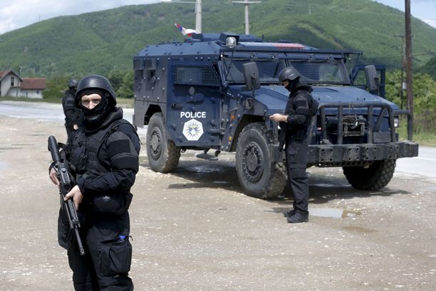 Kosovon poliisin erikoisjoukot iskivät aamulla voimalla maan pohjoisosien serbialueilla ja joutuivat tulitaisteluihin.