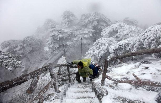 Huangshan-vuorella vaelletaan säässä kuin säässä, vaikka reitti onkin vaikea.