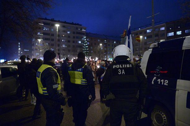 Poliisi otti yli kymmenen ihmistä kiinni mielenosoituksissa.