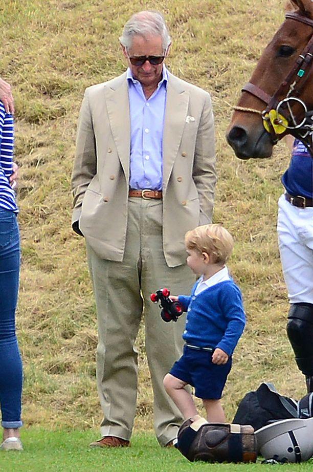 Myös prinssi Charles oli paikalla seuraamassa poolokisoja ja pojanpoikansa touhuja.