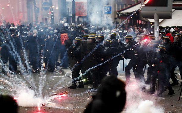 Mellakkapoliisit ottivat yhteen mielenosoittajien kanssa Pariisissa torstaina.