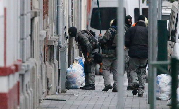 Belgian poliisin terrorismin vastaiset joukot menivät sissä rakennukseen Brysselin Molenbeekissä maanantaina. Heidän etsimäänsä pääkohdetta ei löytynyt.