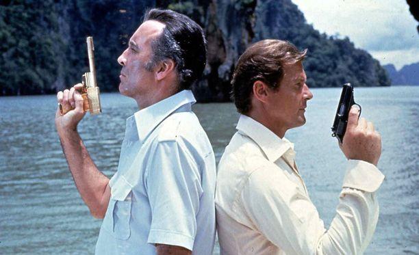 007 ja kultainen ase -elokuvassa Mooren vastanäyttelijänä nähtiin Christopher Lee.