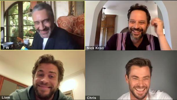 Ensimmäisessä jaksossa Waititin kanssa satua lukemassa nähdään ja kuullaan Hemsworthin veljeksiä sekä Nick Krollia.