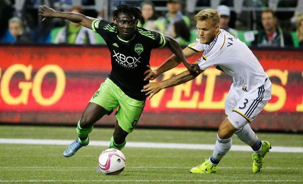 Seattlen Obafemi Martins yrittää kiertää Los Angelesin Mika Väyrysen.