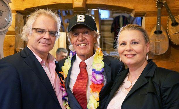 Arto Hietanen ja Anne Pohtamo poseerasivat päivänsankarin kanssa.