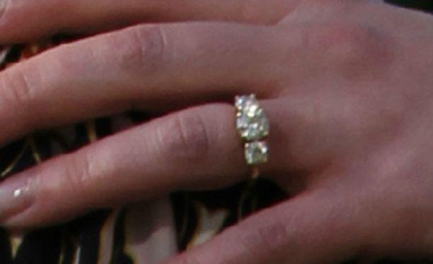 Tämä sormus on koristanut Christinan sormea jo lokakuusta lähtien.