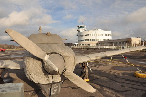 Malmin kentän lentokoneita joudutaan suojaamaan talven varalta, koska kaupunki ei enää päästä niitä hangaariin.