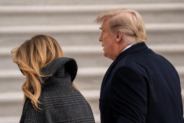 Presidentti Donald Trump (oik.) jatkaa taisteluaan yhä, vaikka Bidenin virkaanastujaisiin on enää reilut pari viikkoa. Vierellä ensimmäinen nainen Melania Trump.