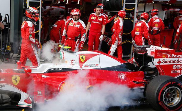 Kimi Räikkösen kisa Melbournessa päättyi pettymykseen, kun autoon iski tekninen vika.